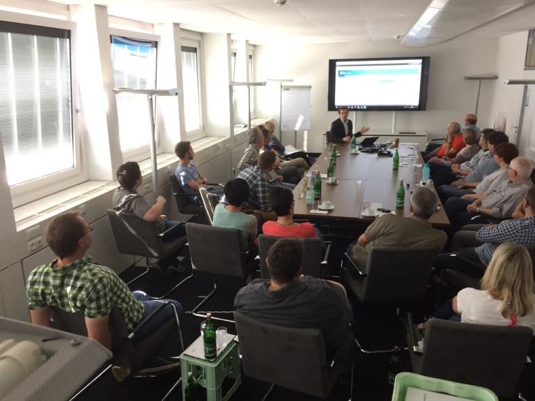 Trainer Daniel Mehner im Coaching mit Teilnehmern eines Workshops